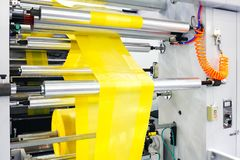 Etiketter som tillverkar på flexoprintingmaskinen Royaltyfri Fotografi