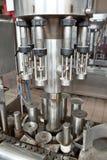 Etiketterende flessenmachine royalty-vrije stock afbeeldingen