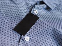 Etikettprislappmodell på den blåa skjortan Fotografering för Bildbyråer