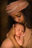 Etiopczyka Macierzysty całowanie jej dziecko Obraz Stock