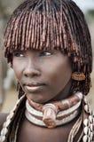 Etiopien stående av den oidentifierade Hamer kvinnan Arkivfoto