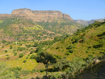 Etiopisk by i dalen av berg. Afrika. Arkivfoto