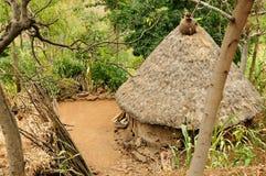 Etiopisk by i den Omo dalen Arkivfoton