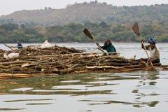 Etiopisk infödingtransport loggar in sjön Tana Arkivfoto