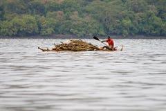 Etiopiska infödda transporter loggar in sjön Tana Arkivfoton