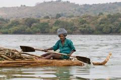 Etiopiska infödda transporter loggar in sjön Tana Arkivbilder