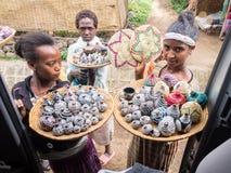 Etiopiska kvinnor för ung etiopisk flicka som säljer hantverk och souvenir i Semien berg Royaltyfri Fotografi