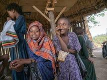 Etiopscy dzieci w p??nocy kraj chuj?cy w budzie, Etiopia fotografia stock