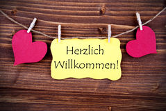 Etiqueta amarilla con Herzlich Willkommen Imagen de archivo libre de regalías