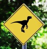 Etiqueta amarilla del tráfico con el pictograma del dinosaurio Foto de archivo libre de regalías