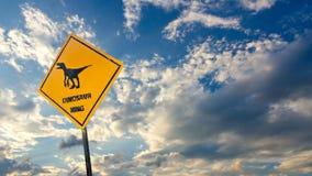 Etiqueta amarilla del tráfico con el pictograma del dinosaurio Fotos de archivo libres de regalías