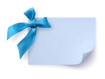 Etiqueta azul del regalo con el arqueamiento Fotos de archivo libres de regalías