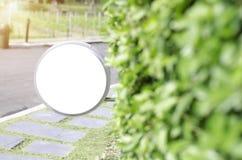 Etiqueta blanca en el jardín de la mañana imagen de archivo libre de regalías