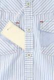 Etiqueta blanca en la camisa Fotos de archivo