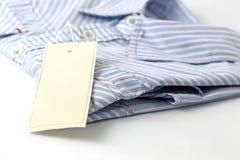 Etiqueta blanca en la camisa Imagenes de archivo