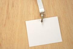 Etiqueta blanca vacía en el acollador blanco del comercio justo fotografía de archivo