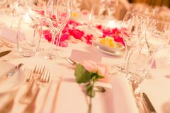 Etiqueta branca do nome na tabela de jantar florido do casamento com pratas fotos de stock