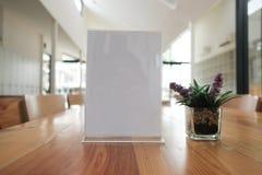 etiqueta branca no café suporte de exposição para o cartão acrílico da barraca no coff imagens de stock