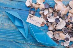 A etiqueta com as palavras agradece-lhe Barco de papel com um sinal Imagens de Stock Royalty Free