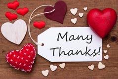 A etiqueta com corações vermelhos e Text muitos agradecimentos Fotos de Stock