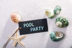 Etiqueta con la fiesta en la piscina imagenes de archivo