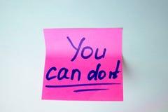 A etiqueta cor-de-rosa que o diz pode fazê-la em um fundo azul Imagem de Stock