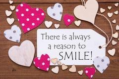 A etiqueta, corações cor-de-rosa, cita sempre a razão sorrir Foto de Stock