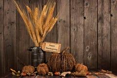 Etiqueta da ação de graças e decoração felizes do outono contra a madeira Imagem de Stock
