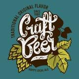 Etiqueta da cerveja do ofício com ilustração das folhas e dos lúpulos Gráfico do vetor Foto de Stock Royalty Free