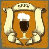 Etiqueta da cerveja para o restaurante da cervejaria com vidros e coroa de cerveja Fotos de Stock Royalty Free