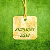 Etiqueta da venda na grama fotografia de stock