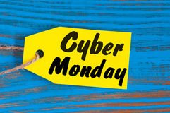 Etiqueta das vendas de segunda-feira do Cyber Etiquetas amarelas da cor no fundo de madeira azul Fotografia de Stock Royalty Free