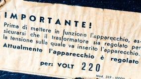 Etiqueta de advertencia del electroshock del vintage en radio del vintage en italiano Fotos de archivo
