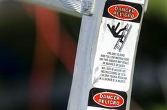 Etiqueta de advertencia del peligro en la escalera de aluminio Fotografía de archivo libre de regalías
