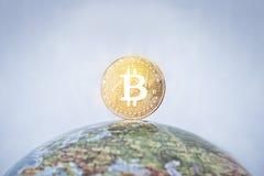 Etiqueta de BITCOIN en el globo Imagen de archivo