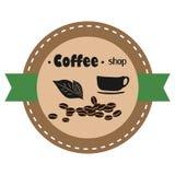 Etiqueta de la cafetería con los granos de la taza y de café Ilustración del vector libre illustration