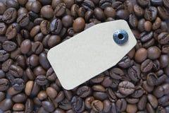 Etiqueta de la cartulina puesta en los granos de café Imagenes de archivo