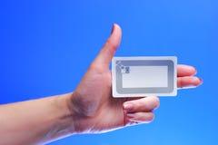 Etiqueta de la explotación agrícola RFID de la mano de la mujer imágenes de archivo libres de regalías
