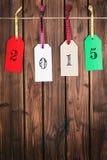 Etiqueta de la Feliz Navidad en superficie de madera Fotografía de archivo