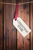 Etiqueta de la Feliz Navidad en superficie de madera Imagen de archivo
