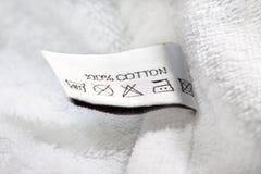 Etiqueta de la ropa con instrucciones de cuidado del lavadero Fotografía de archivo