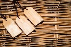 Etiqueta de madera con el cord?n de cuero fino, para el texto palabras Venta en el fondo de bamb? de la idea del concepto de la n fotografía de archivo