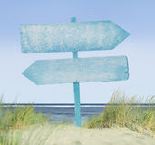 Etiqueta de madera pintada azul en la playa Imágenes de archivo libres de regalías