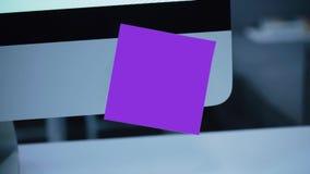 Etiqueta de papel no monitor lembrete vídeos de arquivo