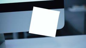Etiqueta de papel no monitor lembrete filme
