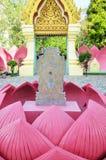 Etiqueta de plástico de límite en la hoja de Lotus en Wat Muang, Tailandia Fotografía de archivo