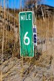 Etiqueta de plástico de la milla de la playa Fotografía de archivo