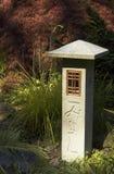 Etiqueta de plástico de piedra tallada en jardín imágenes de archivo libres de regalías