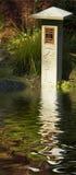 Etiqueta de plástico de piedra tallada en jardín imagen de archivo libre de regalías