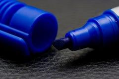 Etiqueta de plástico permanente azul Imagen de archivo